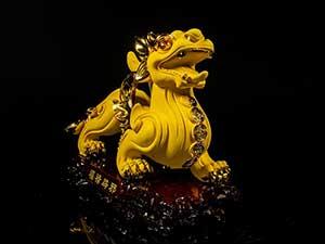 ปี่เซี๊ยะ สัตว์ประหลาดมงคลดึงดูดเงินทอง ด้านหน้ามีลักษณะคล้ายสิงโต
