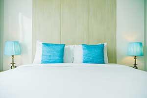 หาโต๊ะและโคมไฟมาวางไว้ข้างเตียงตามหลัก ฮวงจุ้ยห้องนอน